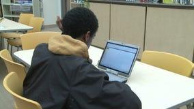 Estudiante que mira el ordenador en la sala de clase (5 de 5) metrajes