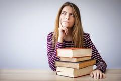 Estudiante que piensa y que mira para arriba Fotografía de archivo libre de regalías