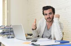 Estudiante que prepara proyecto de la universidad u hombre de negocios del freelancer del estilo del inconformista que trabaja co imagen de archivo libre de regalías