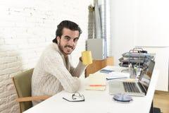 Estudiante que prepara proyecto de la universidad u hombre de negocios del freelancer del estilo del inconformista que trabaja co fotografía de archivo libre de regalías