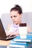 Estudiante que pulsa en la computadora portátil Foto de archivo libre de regalías