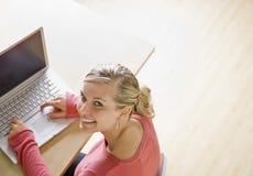 Estudiante que pulsa en la computadora portátil Imagenes de archivo