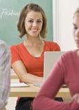 Estudiante que pulsa en la computadora portátil Fotografía de archivo libre de regalías