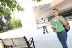 Estudiante que recorre en el campus de la universidad Fotografía de archivo