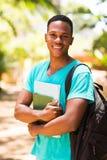 Estudiante que se coloca al aire libre fotos de archivo