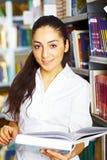 Estudiante que se coloca con los libros Foto de archivo libre de regalías
