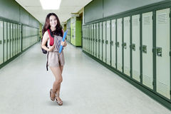 Estudiante que se coloca en el pasillo de la escuela Imágenes de archivo libres de regalías