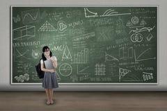 Estudiante que se coloca en la clase Imagen de archivo libre de regalías