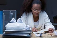Estudiante que se prepara al examen Fotografía de archivo libre de regalías