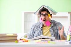 Estudiante que se prepara para los exámenes de la universidad con muchos pri en conflicto imagen de archivo libre de regalías