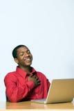 Estudiante que se ríe de la computadora portátil - vertical Imagenes de archivo