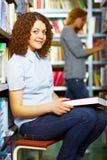 Estudiante que se sienta con el libro Imágenes de archivo libres de regalías