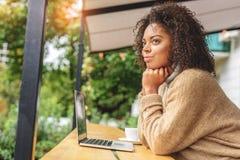 Estudiante que se sienta delante del ordenador portátil al aire libre Fotos de archivo