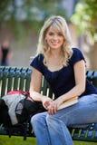 Estudiante que se sienta en banco Imágenes de archivo libres de regalías