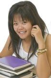 Estudiante que se sienta en el escritorio y que hace la preparación Fotos de archivo