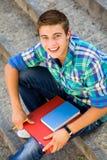 Estudiante que se sienta en las escaleras Fotos de archivo