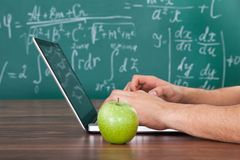 Estudiante que soluciona el problema de matemáticas en el ordenador portátil Imagen de archivo
