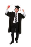 Estudiante que sonríe llevando a cabo un grado Imágenes de archivo libres de regalías