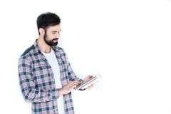 Estudiante que sostiene cuadernos aislados en blanco con el espacio de la copia Imagenes de archivo