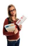 Estudiante que sostiene el sobre atrasado Foto de archivo libre de regalías