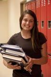 Estudiante que sostiene los libros de texto. Foto de archivo