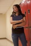 Estudiante que sostiene los libros de texto. Fotos de archivo