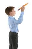 Estudiante que sostiene un lápiz alrededor para escribir Imagen de archivo libre de regalías