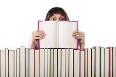 Estudiante que sostiene un libro abierto Imagen de archivo libre de regalías