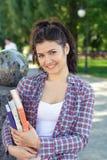 Estudiante que sostiene un libro en sus manos Fotos de archivo