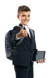 Estudiante que sostiene una tableta y que muestra los pulgares para arriba Foto de archivo libre de regalías