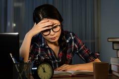 Estudiante que tiene un dolor de cabeza terrible Imagenes de archivo