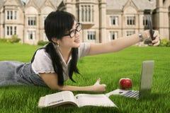 Estudiante que toma el autorretrato Fotografía de archivo libre de regalías