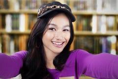 Estudiante que toma el selfie en la biblioteca Imagen de archivo libre de regalías