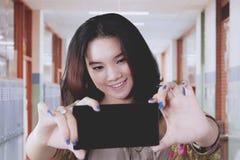 Estudiante que toma el selfie en pasillo de la escuela Fotos de archivo libres de regalías