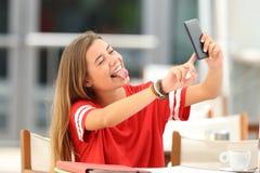 Estudiante que toma el selfie en una cafetería Fotografía de archivo