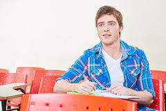 Estudiante que toma notas en clase Imágenes de archivo libres de regalías
