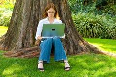 Estudiante que trabaja al aire libre imagenes de archivo
