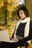 Estudiante que trabaja con la computadora portátil Fotografía de archivo