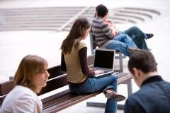 Estudiante que trabaja con la computadora portátil Foto de archivo libre de regalías