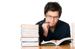 Estudiante que trabaja difícilmente en el libro Imágenes de archivo libres de regalías