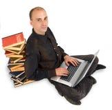 Estudiante que trabaja difícilmente en su computadora portátil Foto de archivo libre de regalías