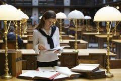 Estudiante que trabaja en biblioteca imagen de archivo