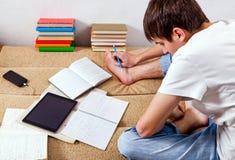 Estudiante que trabaja en casa Imagenes de archivo
