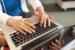 Estudiante que trabaja en el ordenador foto de archivo libre de regalías