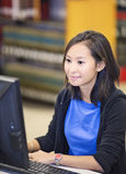 Estudiante que trabaja en el ordenador Imagenes de archivo
