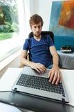 Estudiante que trabaja en el ordenador imagen de archivo