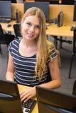 Estudiante que trabaja en el ordenador en sala de clase Imagenes de archivo
