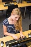 Estudiante que trabaja en el ordenador en sala de clase Fotos de archivo libres de regalías