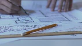 Estudiante que trabaja en el proyecto de edificio para la competencia, innovaciones en arquitectura almacen de metraje de vídeo