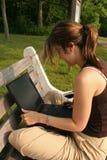 Estudiante que trabaja en la computadora portátil Imagenes de archivo